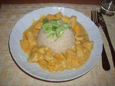 Das perfekte Curry-Huhn mit Pfirsich-Rezept mit Bild und einfacher Schritt-für-Schritt-Anleitung: Hähnchenbrustfilet in Würfel schneiden und mit Salz und…