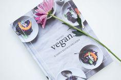 Ik review vegan. Het nieuwste boek van Kyra de Vreeze. Ben je benieuwd wat ik van dit nieuwe kookboek vind of wil je een sneak peak in het boek?