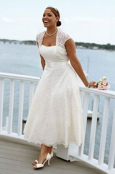 quizás sueñes con vestidos para matrimonio civil para gorditas con cinturón de raso y chaquetita de encaje...¡pues aquí también lo tienes!