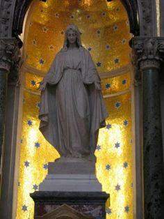 INMACULADA CONCEPCION DE MARIA,   labrada en mármol de Carrara, donación de las hermanas María Unzué de Alvear y Concepción Unzué de Casares.   Mar del Plata, 1912.