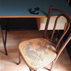 Chaise de bistrot ancienne, cannage et point de croix - l'ancre. - Vintage Magic