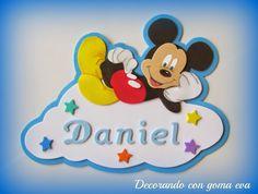 Cartel para la puerta con Mickey | Aprender manualidades es facilisimo.com Mickey Minnie Mouse, Smurfs, Decorative Boxes, Felt, Baby Shower, Letters, Disney Characters, Crafts, Diy