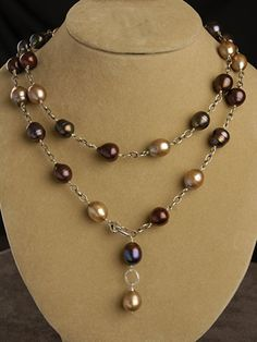 Champagne and chocolate lariat. Or any color pearls. Pearl Jewelry, Wire Jewelry, Jewelry Crafts, Beaded Jewelry, Jewelery, Jewelry Necklaces, Pearl Necklaces, Photo Jewelry, Bracelets