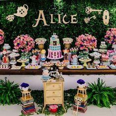 ideas cake decorating ideas disney alice in wonderland Alice In Wonderland Tea Party Birthday, Alice Tea Party, Tea Party Theme, Alice In Wonderland Birthday, Winter Wonderland Party, Party Party, Party Ideas, 2 Birthday, Kids Birthday Themes