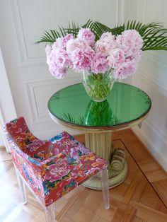 "Amo las peonías!... Florero de CARLO MORETTI y silla ""Mademoiselle"" de Philippe Starck para KARTELL."