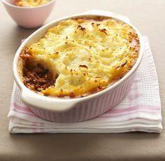 Comment faire un hachis parmentier ? Le hachis parmentier est un plat avec de la purée de pommes de terre et de la viande hachée. Découvrez cette recette facile à cuisiner !