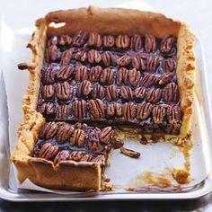 Pecan pie /  - 250 g patent tarwebloem   - 100 g poedersuiker    - 250 g boter    - 4 bakjes pecannoten (a 70 g)    - 150 g keukenstroop (pot 500 g)    - 75 g lichtbruine basterdsuiker    - 75 ml slagroom (bekertje 125 ml)