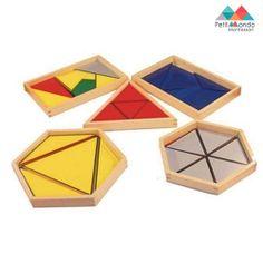 Conjunto de 5 caixas em madeira, cada uma com uma série de triângulos, que permitem realizar diversas composições. Uma caixa com forma de triângulo, duas caixas rectangulares e duas caixas hexagonais. Estas ultimas variam em tamanho.  A criança pode também utilizar este material com os cartões de comando dos triângulos construtivos para download.