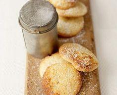 Biscuiţi crocanţi cu unt şi aromă fină de lămâie, după o reţetă Jamie Oliver. Ingredientele sunt suficiente pentru 30 de biscuiţi delicioşi.