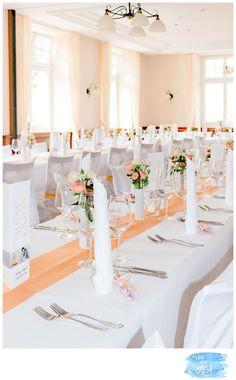 """Ein wunderbares Farbthema wie wir finden haben sich Nadine & Maik ausgesucht: die Dekoration soll pfirsich/corall & lachsfarben werden gemischt mit weiß.Gesagt, getan! Ein weißer Teppich wird in dem langen Gang der Stiftskirche in Lahr ausgerollt & ein schönes Herz """"reserviert für…"""