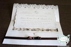 CONVITE DE CASAMENTO ARTESANAL PERSONALIZADO :: OFF WHITE E MARROM COM ESTAMPA TOILE DE JOUY::  www.bibelodeluxo.com.br Este lindíssimo convite de casamento artesanal exclusivo, do Bibelô de Luxo -