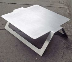 Mesita de café de metal diseñada por Pedro Ramírez Vázquez en la década de 1960 -  Metal coffee table designed by Pedro Ramírez Vázquez in the 1960s