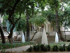 Jardins Romàntics Casa Ignacio Puig  L'Hotel Petit Palace Opera Garden (Boqueria, 10) és un d'aquells llocs amagat, on hi entres sota prescripció. Després de creuar el hall de l'hotel topareu amb un jardí romàntic, obert de 10 a 19 h, un petit edèn on la tarda vola.