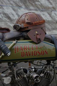Harley-Davidson track racer and leather helmet. love the helmet Vintage Harley Davidson, Motos Harley Davidson, Mv Agusta, Ducati, Image Moto, Motos Retro, Moto Scrambler, Honda, Harley Bikes