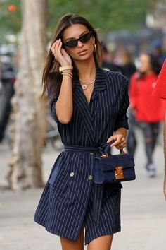 The most beautiful celebrity party looks - Elle - Les plus beaux looks de fêtes des stars – Elle Emily Ratajkowski& belted jacket - Fashion Mode, Fashion Week, Look Fashion, Party Fashion, Fashion Tips, Fashion Ideas, Celebrity Style Casual, Celebrity Style Inspiration, Mode Inspiration