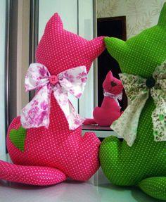 Gatos de pano tecido 100%. <br>Lindo enfeite para sua casa. <br>Cerca de 40cm <br> <br>Possível fazer em diversas cores, conforme escolha do cliente. <br>Produto sob encomenda, podem haver pequenas variações de estampas.