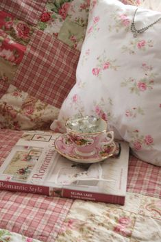 Gingham quilts and rose chintz pillow. So shabby chic! Romantic Cottage, Shabby Chic Cottage, Shabby Chic Homes, Shabby Chic Decor, Shabby Bedroom, Romantic Roses, Shabby Style, Estilo Shabby Chic, Vintage Shabby Chic