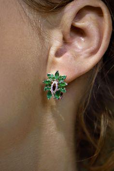 """#Earings #Lorien #NaturalGemstones #Emerald #Diamonds #Gold #Handmade #FlowerCollection. Neviete sa už dočkať jari? Skúste ju privolať cez náušničky Lorien, ktoré symbolizujú jarné obdobie v tom najautentickejšom duchu. Tvar kvetu, inšpirovaný nekonečnými motívmi prírody, spolu s prírodným smaragdom v sviežej zelenej farbe robia z tohto modelu neopakovateľný klenot v ušiach každej """"smaragdoholičky"""". A keď k tomu pripočítame 40 briliantov, ťažko budete hľadať iný skvost na jarné naladenie. Spring Trends, Emerald, Stud Earrings, Jewelry, Jewlery, Jewerly, Stud Earring, Schmuck, Jewels"""