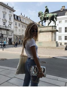 Realize how your favorite street style gamers choose blue jeans with pumps and start to get all the insights you really need for your own personal next look. Fashion Designer Quotes, Fashion Quotes, How To Pose, Mode Inspiration, Fashion Outfits, Fashion Trends, 90s Fashion, What To Wear, Ideias Fashion