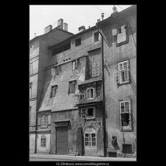 Zbytek oujezdské brány (662) • Praha, červen 1960 • | černobílá fotografie, Oujezdská brána, Karmelitská ulice, dům |•|black and white photograph, Prague|