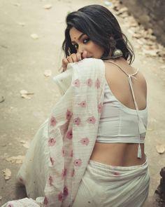 Beautiful Girl Indian, Beautiful Saree, Beautiful Indian Actress, Simple Saree Designs, Saree Blouse Designs, Kajal Agarwal Saree, Most Beautiful Bollywood Actress, Floral Print Sarees, Saree Poses