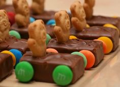 10 Fun Birthday Party Snack Ideas - Kids Kubby : These are adorable! This candy snack is especially fitting for a boy's birthday party or any car themed party – made with Teddy Grahams, Milky Way bars, chocolate melts, and M's or Skittles. Birthday Party Snacks, Snacks Für Party, Birthday Fun, Birthday Ideas, Cars Birthday Parties, Birthday Cakes, Party Favors, Cute Food, Good Food