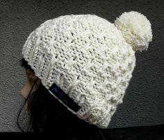 Die Bommelmütze hat ein tolles Muster und ist aus naturweißer Schurwolle mit Synthetik Anteil gestrickt. Toller Tragekomfort und absolut alltagstauglich