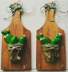 Taglieri appendi strofinacci in legno con piantine grasse su vasetti in terracotta