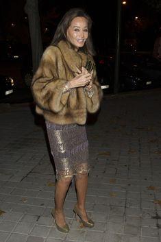 Isabel Preysler ha vivido momentos de gran tensión y nerviosismo... Fur Fashion, Fashion Beauty, Fashion Looks, Fashion Outfits, Womens Fashion, Fur Jacket, Fur Coat, Winter Outfits, Cool Outfits