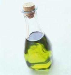 L'huile d'olive est la moins grasse des huilesFaux ! Toutes les huiles – d'olive, de noix, de tournesol… – apportent 100 % de matières grasses, soit 10 g de graisses et 90 kcal par cuillerée à soupe. Mais elles se distinguent par la nature de leurs lipides. Par exemple, les huiles de noix et de colza sont recommandées au quotidien (2 à 3 cuillerées à soupe) pour leur bon apport en oméga 3 essentiels. Les huiles de tournesol et de pépins de raisins contiennent surtout des oméga 6, autres…
