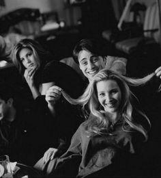 Friends - Behind the Scenes: Jennifer Aniston Matt LeBlanc & Lisa Kudrow Tv: Friends, Friends Cast, Friends Moments, Friends Forever, Friends Behind The Scenes, Friends Scenes, Black And White Picture Wall, Black And White Pictures, Gray Aesthetic