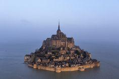 Mont Saint-Michel sous la marée dans le département de la Manche et la région de Normandie