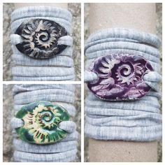 Armbänder für Damen aus Keramik, mit weichem Textilband...von KreativesbyPetra      #keramik #ceramic #ton #töpfern #töpferei #plattentechnik #Glasur #glaze #glasurbrand #glazebrand #botz #schmuck #jewellery #Anhänger #pendant #schmuckanhänger #jewelrypendant  #keramikanhänger #Unikat #handmade #handgemacht #Kunsthandwerk #Handwerk #DIY #geschenk #present #Meer #ocean #mädchen #mädels #girls #Damen #woman #textilband #schmuckband #jerseyband #jewelrybelt #geschenk #schnecke #slug #Struktur… Petra, Girls, Snail, Arts And Crafts, Clay, Creative, Gifts, Toddler Girls, Daughters
