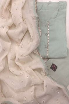 Neuheiten in Salwars VIKA Boutique Indian dresses! Simple Pakistani Dresses, Pakistani Fashion Casual, Pakistani Dress Design, Pakistani Outfits, Indian Outfits, Salwar Suits Simple, Punjabi Suits Designer Boutique, Indian Designer Suits, Salwar Suits Party Wear