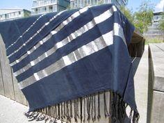 Belle fouta argentée très chic à emporter partout pour la plage ou le pique-nique, ou à décorer sur son canapé ou lit.