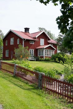 Cool Red House Design can make the Atmosphere more Live - TopDesignIdeas Swedish Cottage, Red Cottage, Sweden House, Red Houses, House Ideas, This Old House, Scandinavian Home, Plein Air, Belle Photo