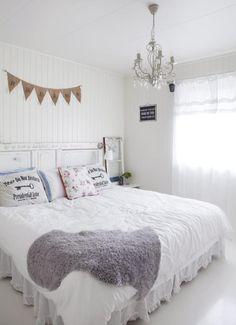 GAVLEN: En gammel dør som sengegavl er fort gjort og gir stor effekt til et ellers standard rom. En hjemmelaget vimpel, enkel lysekrone og romantisk sengetøy understreker stilen.