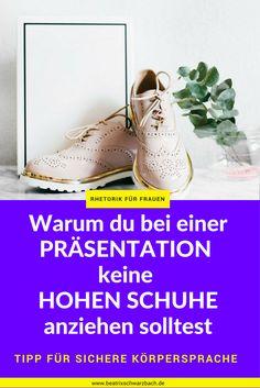 Beim Reden und Präsentieren können hohe Schuhe für deine Wirkung abträglich sein: denn in ihnen hast du keinen sicheren Stand und bist versucht, oft zwischen Stand- und Spielbein zu wechseln. Warum es so wichtig ist, dass du beim Sprechen vor Leuten mit beiden Füßen fest auf dem Boden stehst: im 'Rhetorik Blog für Frauen' erfährst du mehr.