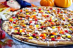 halloween desserts Spread the love Fall-Tastic Cookie Pizza I love cookie pizzas! I have to admit my all time favorite is a sugar cookie dough with a cream cheese base, topped with Dessert Party, Dessert Pizza, Party Desserts, Summer Desserts, Dessert Ideas, Dessert Recipes, Halloween Desserts, Halloween Pizza, Halloween Treats