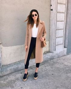 Pin for Later: 42 Easy Outfit Ideas Using a White Tee With an Oversize Coat and Platform Sneakers Simple Outfits, Winter Outfits, Casual Outfits, Fashion Outfits, Work Outfits, Workwear Fashion, Office Outfits, Oversized Mantel, Oversized Coat