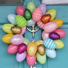 A quick & easy Easter Egg Wreath that anyone can make! Add a festive touch of Spring to your front doors in minutes with two different versions of this Easter c Making Easter Eggs, Plastic Easter Eggs, Easter Projects, Easter Crafts For Kids, Easter Decor, Easter Centerpiece, Bunny Crafts, Easter Table, Easter Party