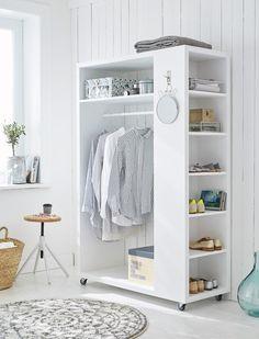 Mobile Garderobe aus weiß lackiertem Holz mit sechs kleinen- und einem großen Fach und einer praktischen Kleiderstange.