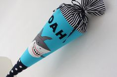 Eine besondere Schultüte für einen unvergesslichen Tag!  Sie wurde aus verschiedenen Baumwollstoffen genäht und ist genau das Richtige für echte Unterwasser-Fans! Die *Hai-Applikation* macht sie...