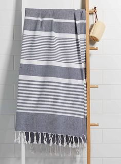 Simons Maison exclusive The fouta, originating from Tunisia, is known for its woven stripes, rolled fringes and beautiful artisanal look. Perfect as a travel towel, bath towel or decorative throw Ultra light cotton weave that dries quickly 97 x 175 cm Weaving Designs, Weaving Projects, Weaving Patterns, Diy Cleaning Products, Cleaning Diy, Bath Sheets, Turkish Towels, Home Decor Bedroom, Beach Towel
