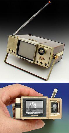 This black & white television was made … Sony 'Walkie Watchie' TV. Tv Vintage, Vintage Design, Retro Design, Radios, Alter Computer, Poste Radio, Portable Tv, Vintage Television, Television Tv