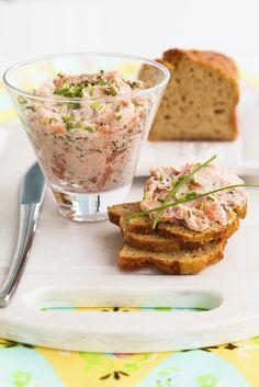 Une façon amusante de manger du saumon: un peu de crème et de ciboulette et voilà des rillettes faciles à tartiner !