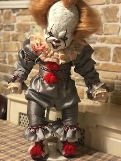 is this a living dead doll edition? Creepy Baby Dolls, Creepy Clown, Clown Horror, Halloween Horror, Halloween Doll, Halloween Costumes, Harley And Joker Love, Creepy Costumes, Adornos Halloween