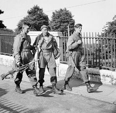 British Parachute troops, bare-headed and wearing 'jump jackets', at Norwich City Castle during exercises in 'Eastern Command' 23 June Parachute Regiment, School Images, British Armed Forces, Holocaust Memorial, Royal Marines, Paratrooper, Army & Navy, British Army, World War Two
