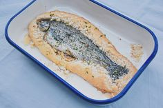 Möchtet ihr mal den Fisch etwas anders zubereiten und nicht wie üblich in der Pfanne oder im Kochtopf garen? Dann probiert doch mal die Salzkruste aus, festfleischige Fische eignen sich ausgezeichnet dafür! Bei dieser Methode gart der Fisch sehr schonend, das Fleisch bleibt aromatisch, zart und herrlich saftig. Zudem ist die Zubereitungsart sehr einfach, dabei muss nur berücksichtigt werden, dass sich nur ganze Fische dafür eignen, keine Fischfilets! Organic Recipes, Ethnic Recipes, Spanakopita, Bread, Food, Cooking, Brown Trout, Pisces, Brot