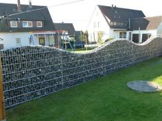 Gabion fence, with similar structure but more functions than gabion wall and gabion retaining wall. It is commonly made of welded gabions which has rigid and durable structure. Front Yard Fence, Diy Fence, Fence Landscaping, Backyard Fences, Fenced In Yard, Fence Ideas, Yard Fencing, Small Fence, Horizontal Fence